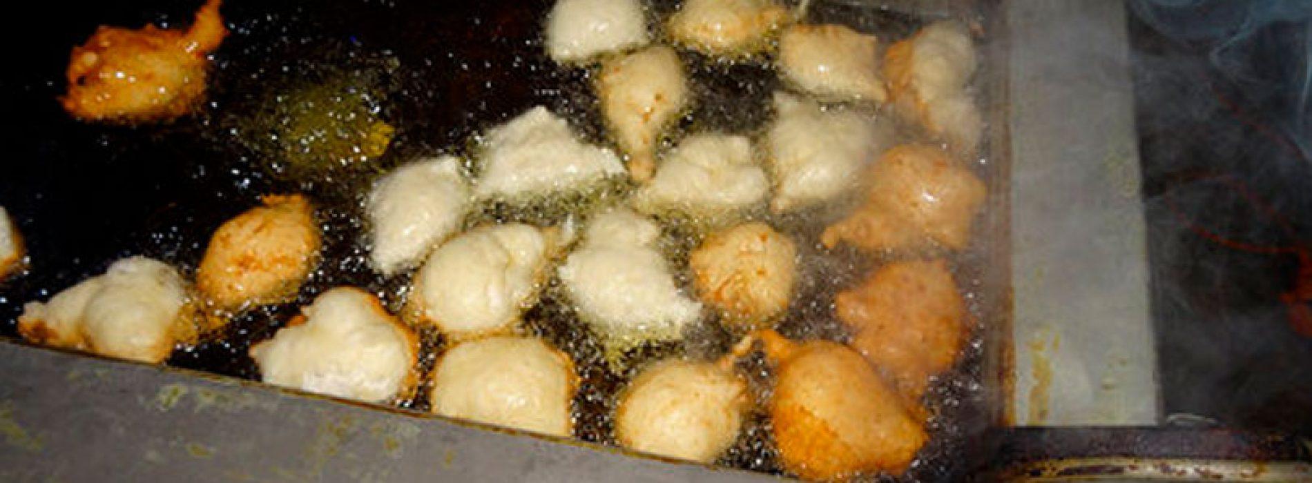 Oliebollen bakken voor cliënten voedselbank