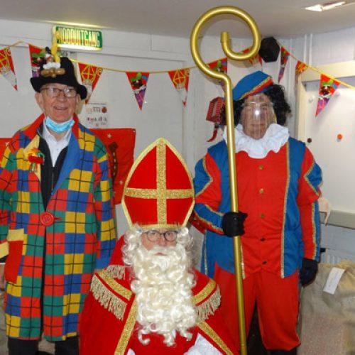 Sint en Piet brengen een bezoek aan de voedselbank.
